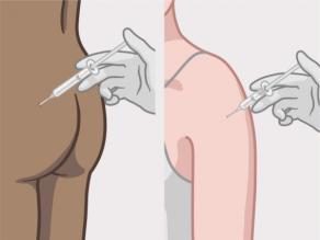 Kadının kalçasından ya da kolunun üst kısmından gebelik önleyici enjeksiyon yapan doktor.
