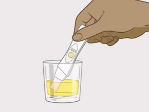أو أنه يمكنك الإمساك بطرف جهاز الاختبار ووضعه في وعاء نظيف يحتوي على كمية من بولك.