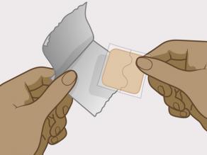 Entfernen Sie das Pflaster zusammen mit der Deckfolie aus der Verpackung.
