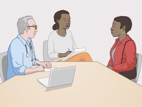 Një përkthyes duke përkthyer ato që po thonë profesionisti i kujdesit shëndetësor dhe klienti
