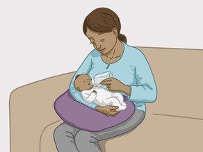 De moeder geeft de baby flesvoeding in de plaats.